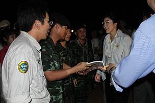 พันเอกชวลิต พงษ์พิทักษ์ ผู้บังคับการกรมทหารราบที่ 9 กองกำลังสุรสีห์ ยื่นสรุปกุยบุรีโมเดล ให้นายกรัฐมนตรียิ่งลักษณ์ ชินวัตร ระหว่างนำคณะนายกฯตรวจเยี่ยมพื้นที่อุทยานแห่งชาติกุยบุรี